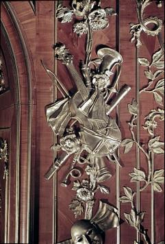 Detail: Gruppe von Musikinstrumenten am linken Paneel derNordwestwand, Aufn. Cürlis, Peter, 1943/1945