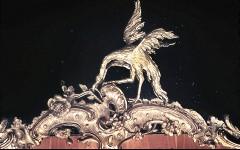 Detail: Vogel auf dem unteren Rahmen des Spiegels in derNische der Westwand, Aufn. Cürlis, Peter, 1943/1945