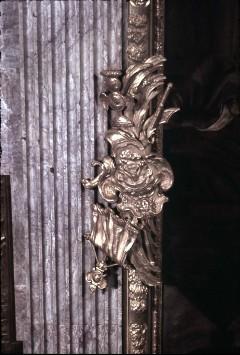 Detail: Mitte des Rahmens an der rechten Seite mit Attributen der Kriegsführung, Aufn. Cürlis, Peter, 1943
