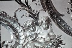 Ausschnitt: zwei sitzende Putten mit Köcher und Pfeilen, Aufn. Cürlis, Peter, 1943