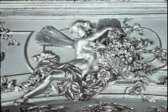 Ausschnitt Bogen, Mitte: sitzende Genie mit Blumen, Aufn. Cürlis, Peter, 1943