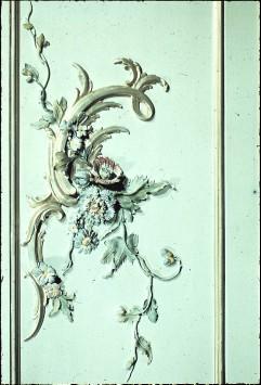 Detail: Rocaille mit Blumen über einem Fenster der Südwand, Aufn. Cürlis, Peter, 1943
