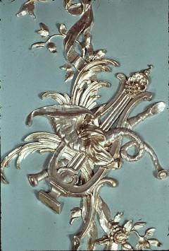 Detail: Gruppe von Musikinstrumenten am Mittelpaneel der Westwand, Aufn. Cürlis, Peter Cürlis, Peter, 1943