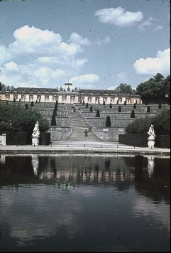Ansicht von Süden mit den Weinbergterrassen, Aufn. Cürlis, Peter, 1943/1945